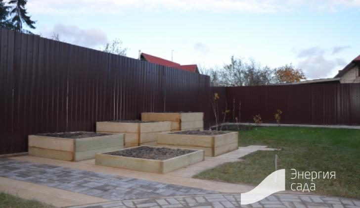 Зона огорода с мощением и зоной газона.
