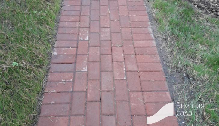 Переход дорожки в зону парковки со ступенькой.