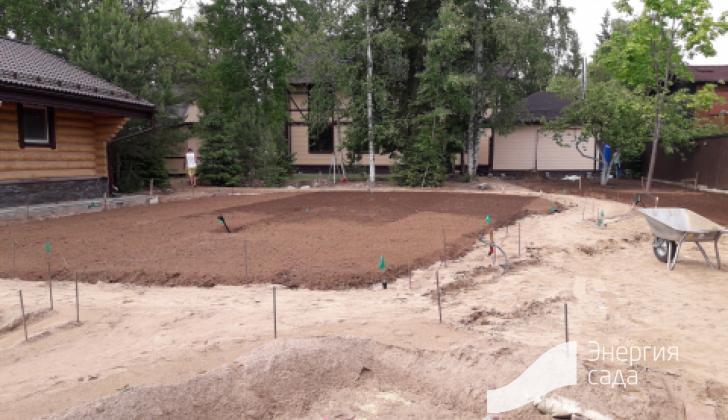 Подготовка основания для укладки рулонного газона.