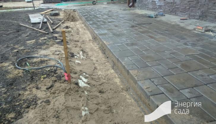 Мощение бетонной плиткой.