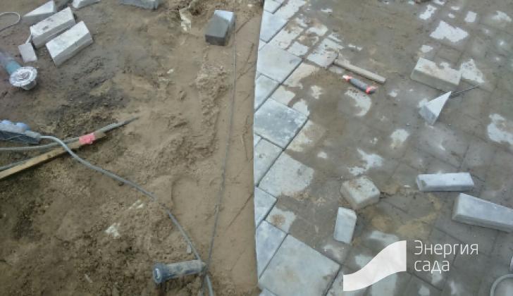 Мощение бетонной плиткой и подрезка камня.