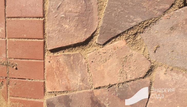 Переход  дорожки из клинкерного кирпича на патио из песчаника.
