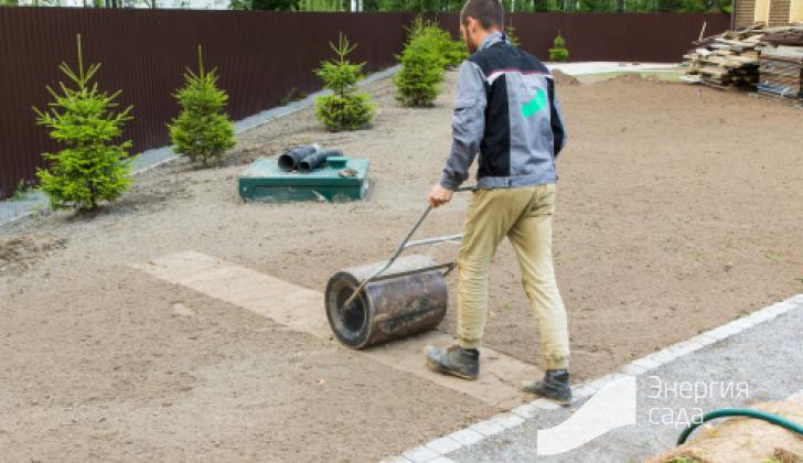 Работы по укатыванию основания для газона