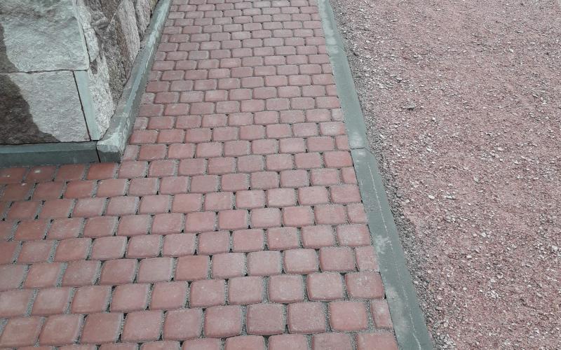 Насыпная площадка с мощением памятника из бетонной плитки.