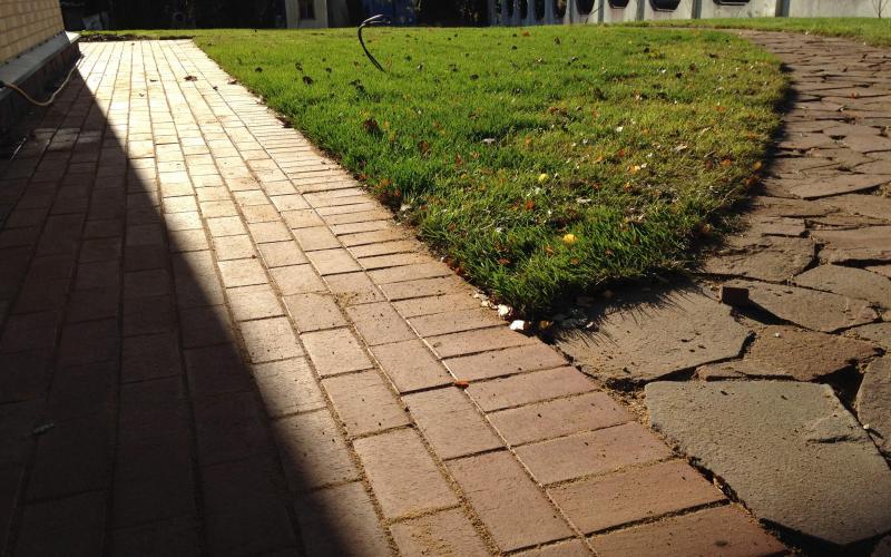 Готовые дорожки с зоной газона.